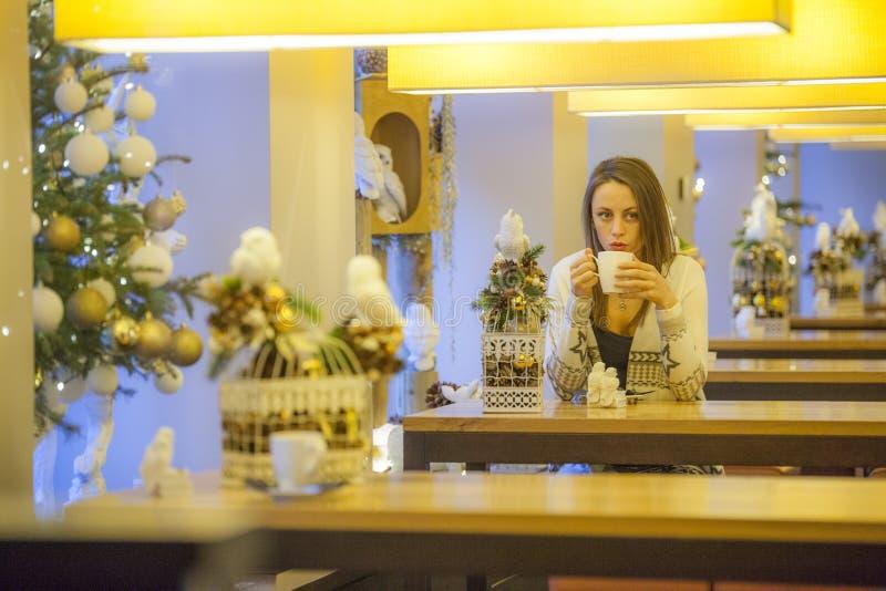 咖啡店的孤独的妇女 免版税库存照片
