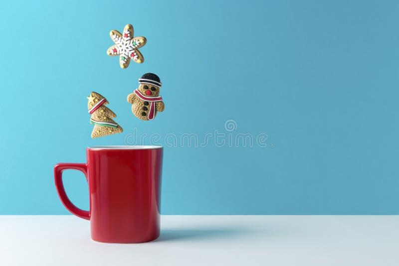 咖啡或热的饮料用各种各样的圣诞节曲奇饼 库存照片