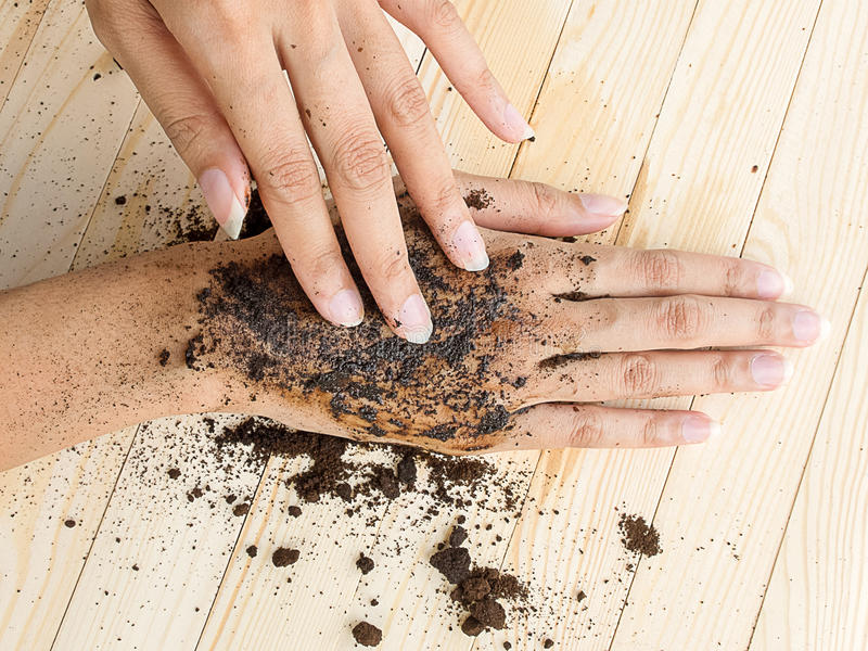 咖啡手洗刷用在木背景的碾碎的咖啡 库存图片