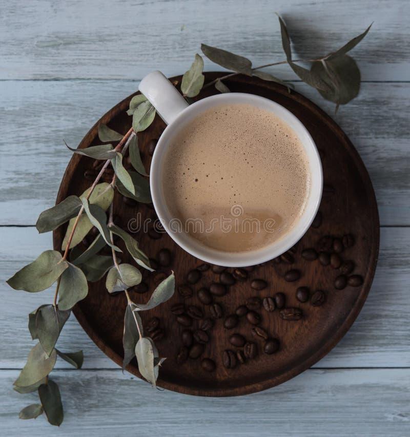 咖啡拿铁,flovers,顶视图杯子杯子豆用早餐土气的早晨 图库摄影