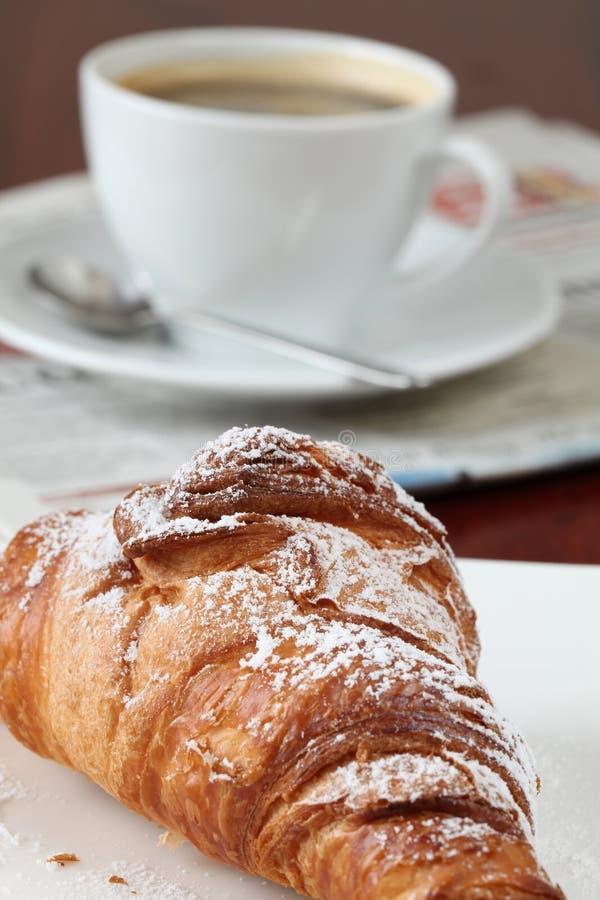 咖啡新月形面包报纸 免版税库存图片