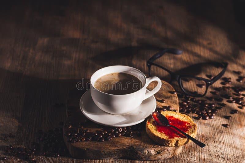 咖啡早餐可供客人享用 免版税图库摄影