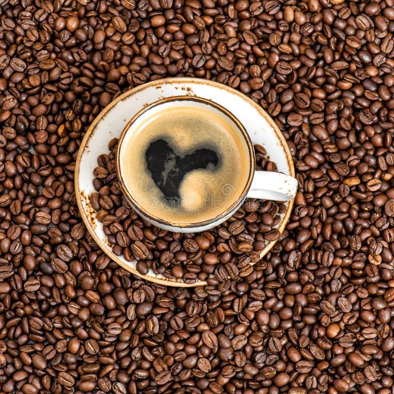 咖啡有心脏爱概念Cooffee豆背景 免版税库存照片