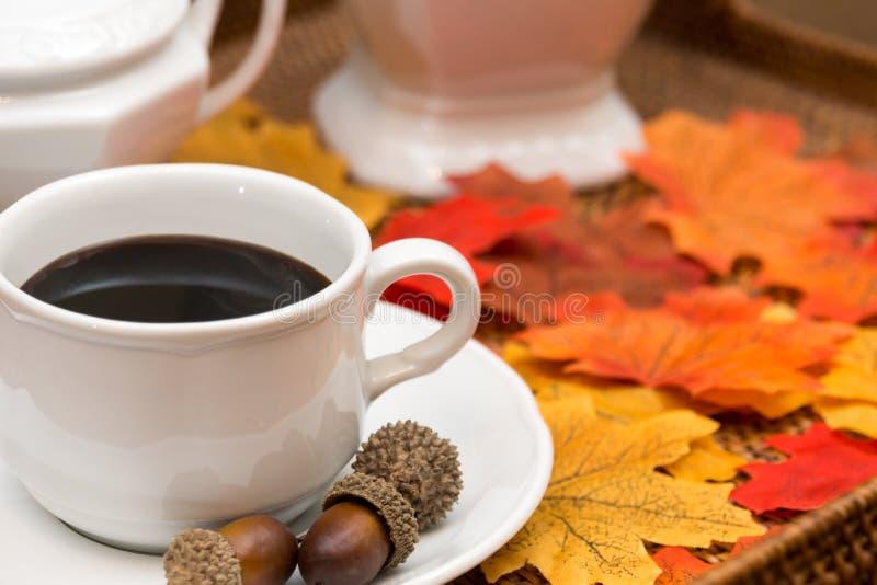 咖啡杯、咖啡、糖罐、蒸馏瓶、橡子、南瓜和秋天叶子II 库存照片