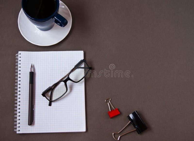 咖啡杯、玻璃和办公用品 r 免版税库存照片