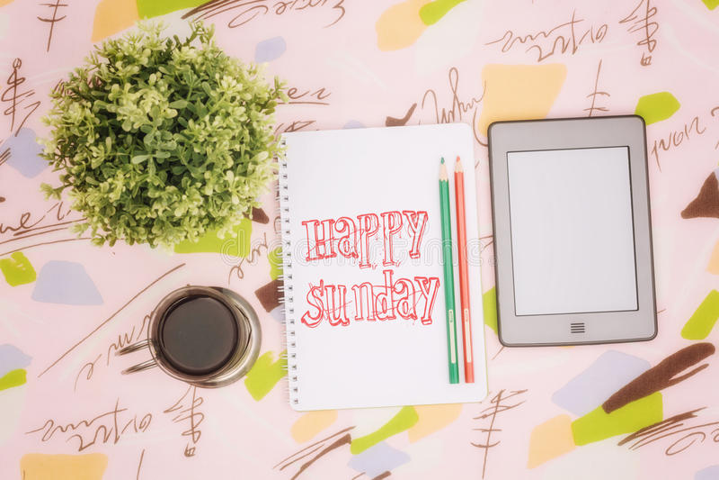 咖啡杯、笔记本和ebook 免版税库存照片