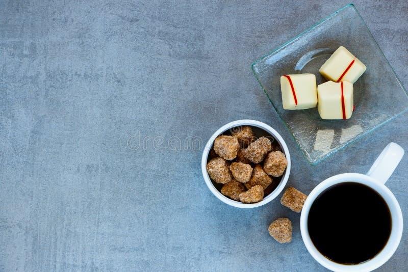 咖啡杯、红糖和巧克力 免版税库存照片