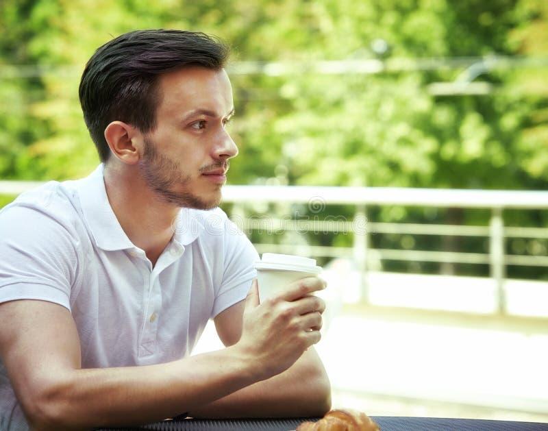 咖啡杯人年轻人 免版税库存图片