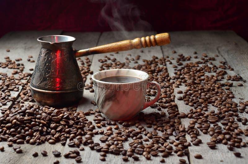 咖啡杯光树荫五谷木葡萄酒桌存放人 免版税库存照片