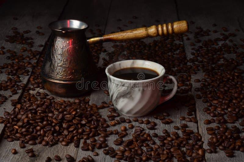 咖啡杯光树荫五谷木葡萄酒桌存放人 免版税库存图片