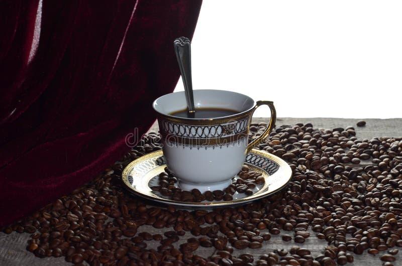 咖啡杯光树荫五谷木葡萄酒桌存放人 库存图片