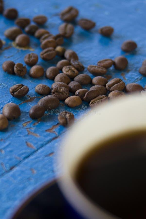 咖啡杯和咖啡豆在桌上 库存照片
