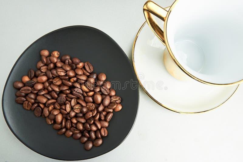 咖啡杯和咖啡豆在背景 库存图片