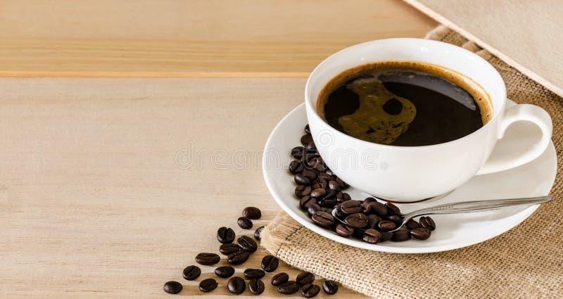 咖啡杯和咖啡豆背景 库存图片