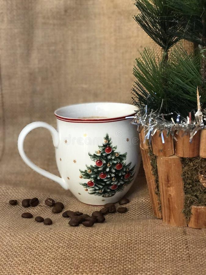 咖啡杯和圣诞节装饰 免版税库存照片