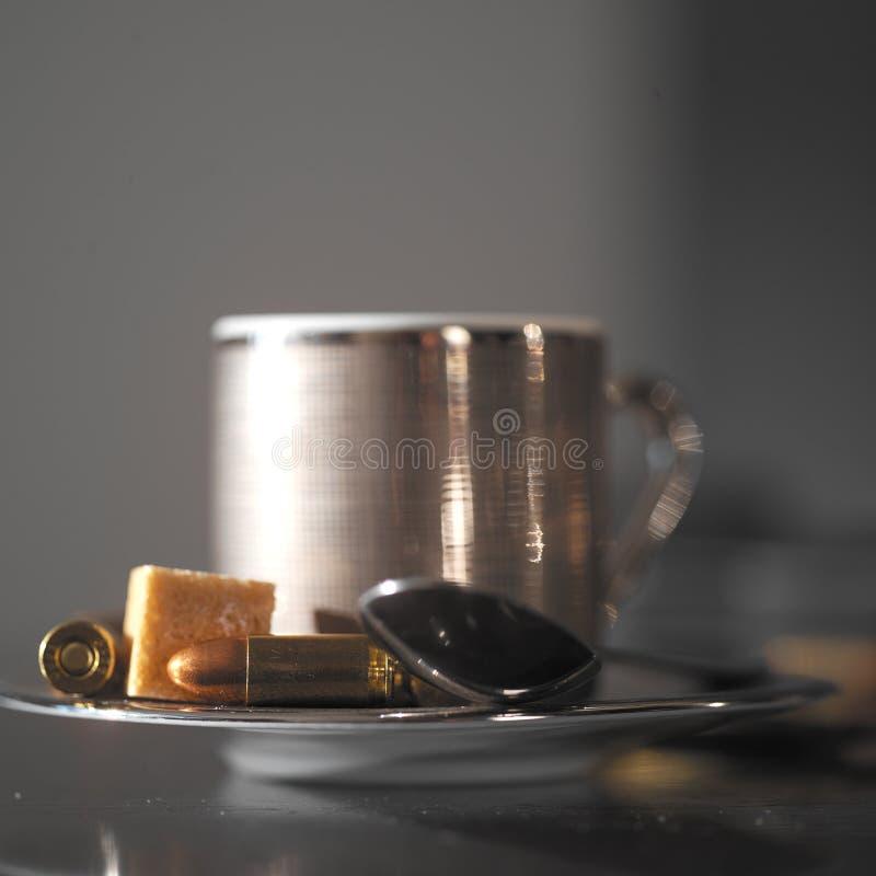 咖啡杯和子弹 库存图片