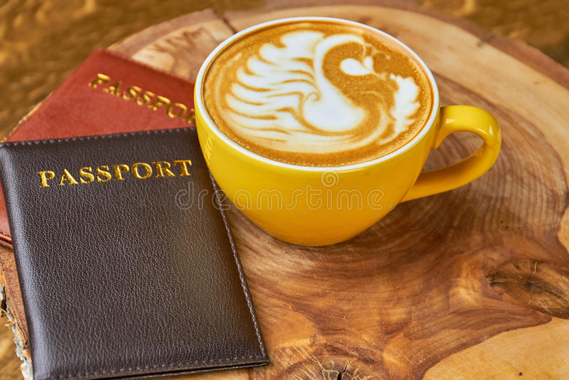 咖啡杯和护照 免版税库存照片
