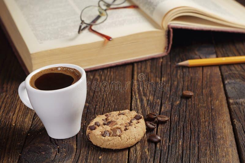 咖啡杯和旧书 库存图片