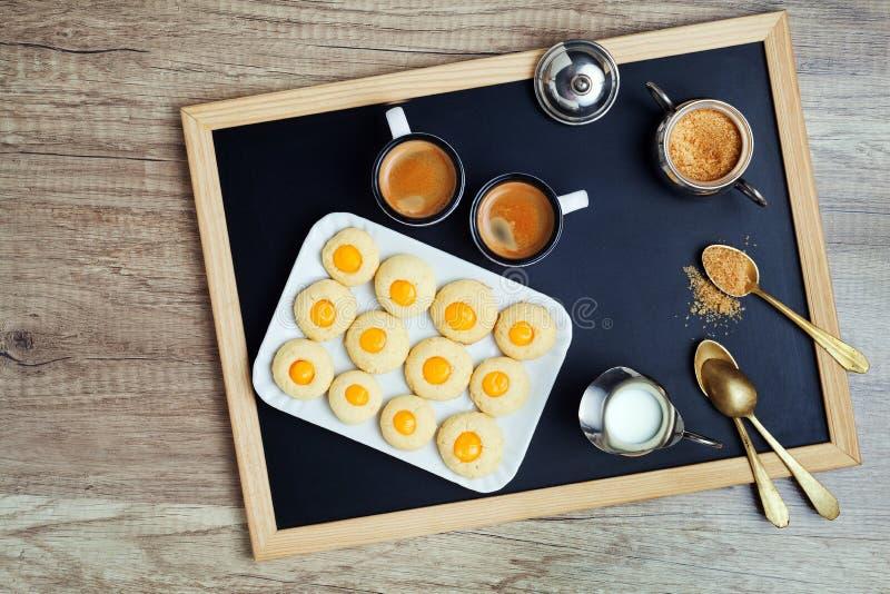 咖啡杯和曲奇饼 背景中断咖啡新月形面包杯子甜点 库存图片
