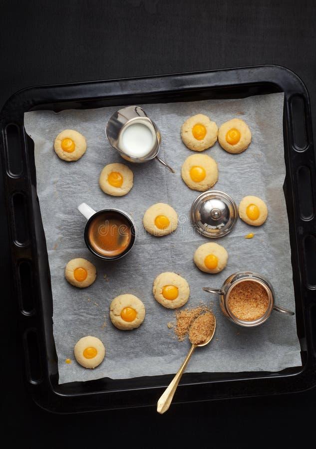 咖啡杯和曲奇饼 背景中断咖啡新月形面包杯子甜点 免版税库存图片