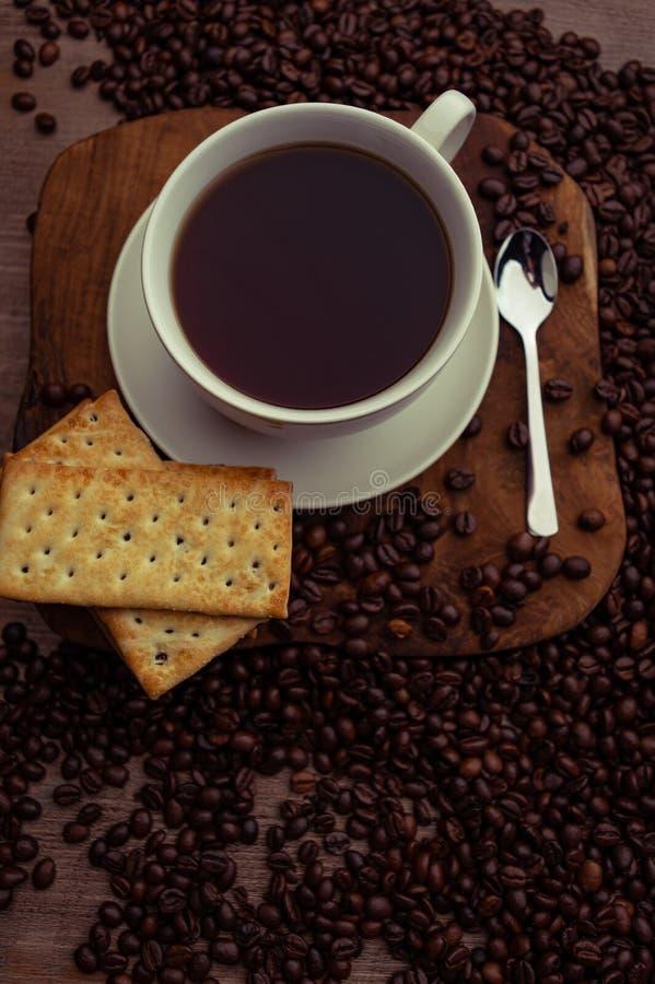 咖啡杯和桌上的饼干 免版税库存照片