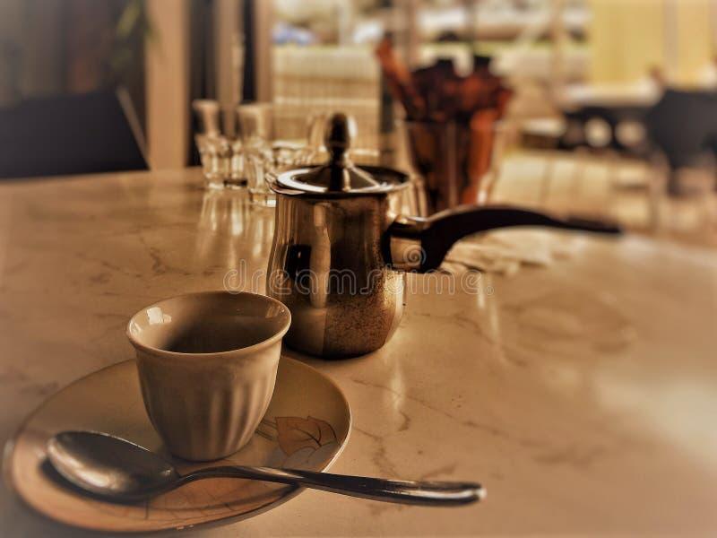 咖啡杯和水壶在桌上 库存图片