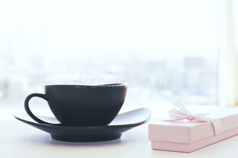 咖啡杯和礼物 库存图片