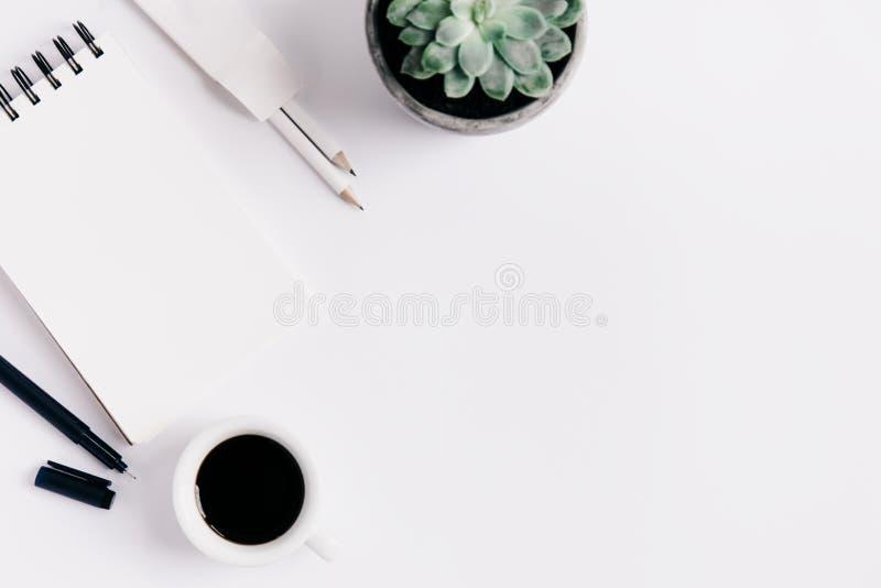咖啡杯和笔记薄与铅笔 图库摄影