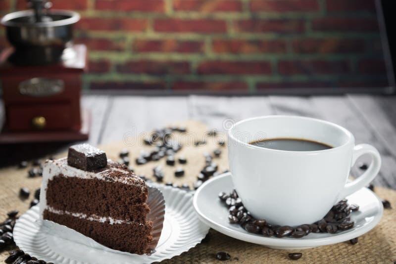 咖啡杯和豆在土气背景 咖啡浓咖啡和 图库摄影