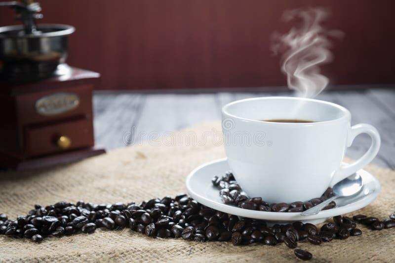 咖啡杯和豆在土气背景 咖啡浓咖啡和 库存照片