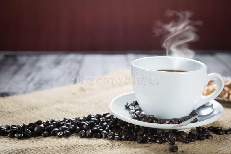 咖啡杯和豆在土气背景 咖啡浓咖啡和 免版税图库摄影