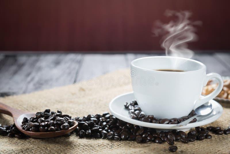 咖啡杯和豆在土气背景 咖啡浓咖啡和 免版税库存照片