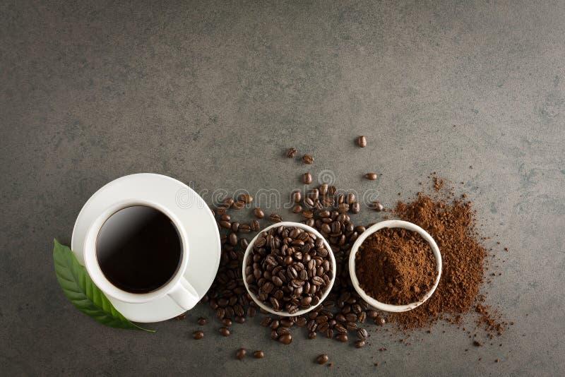 咖啡杯和豆在老厨房用桌上 与copyspa的顶视图 免版税库存照片