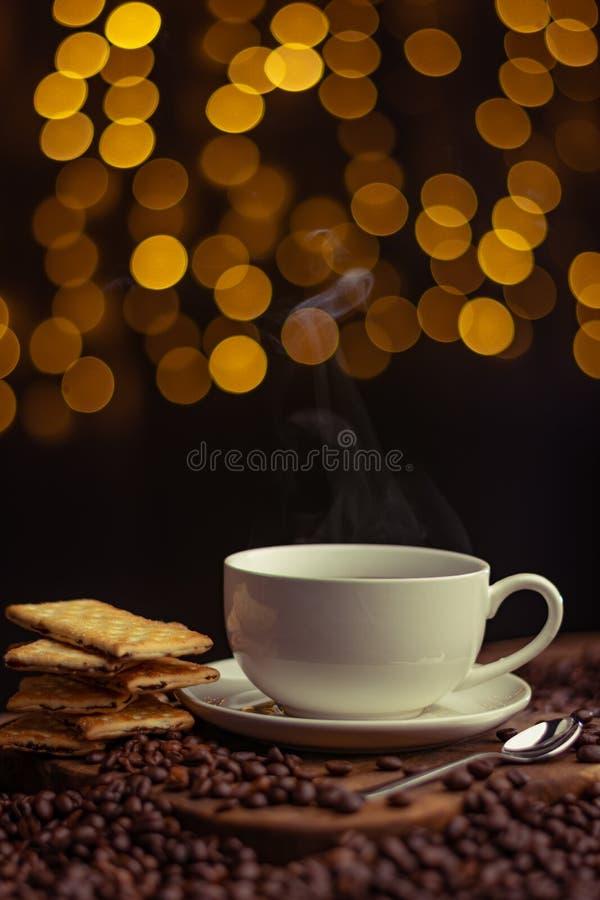 咖啡杯和酱料可供享用 库存照片