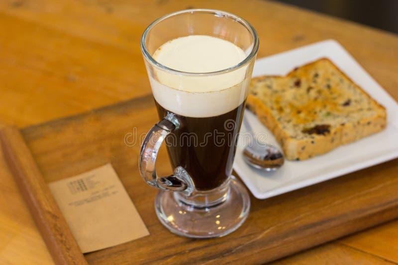 咖啡杯和面包 免版税库存图片