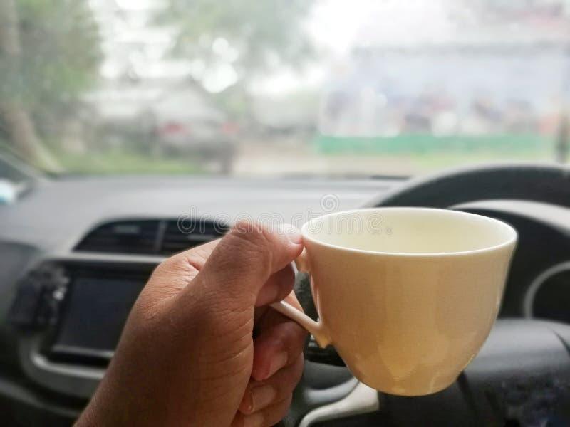 咖啡杯在手边在驾驶的队,居住的概念在一个仓促社会 免版税库存照片