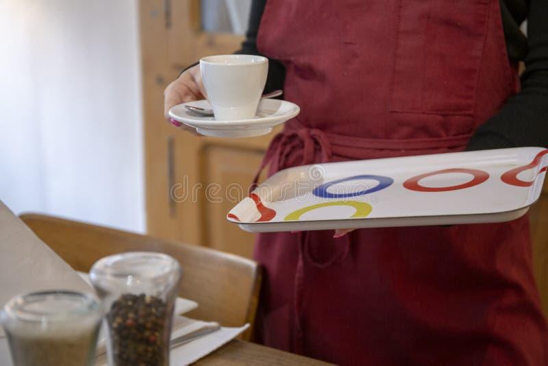 咖啡杯在餐馆 免版税库存照片
