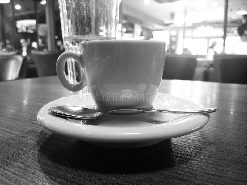 咖啡杯在餐馆 库存照片