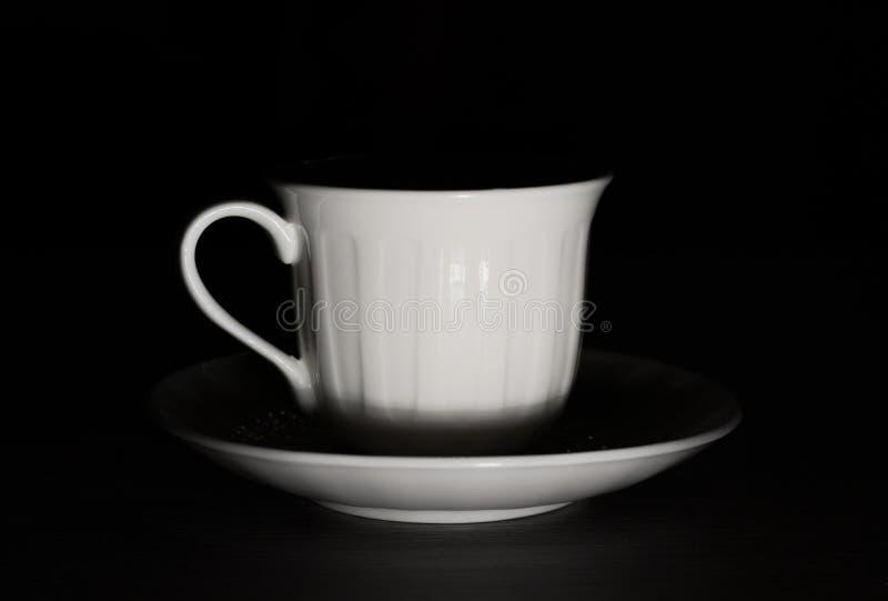咖啡杯在黑暗中 图库摄影