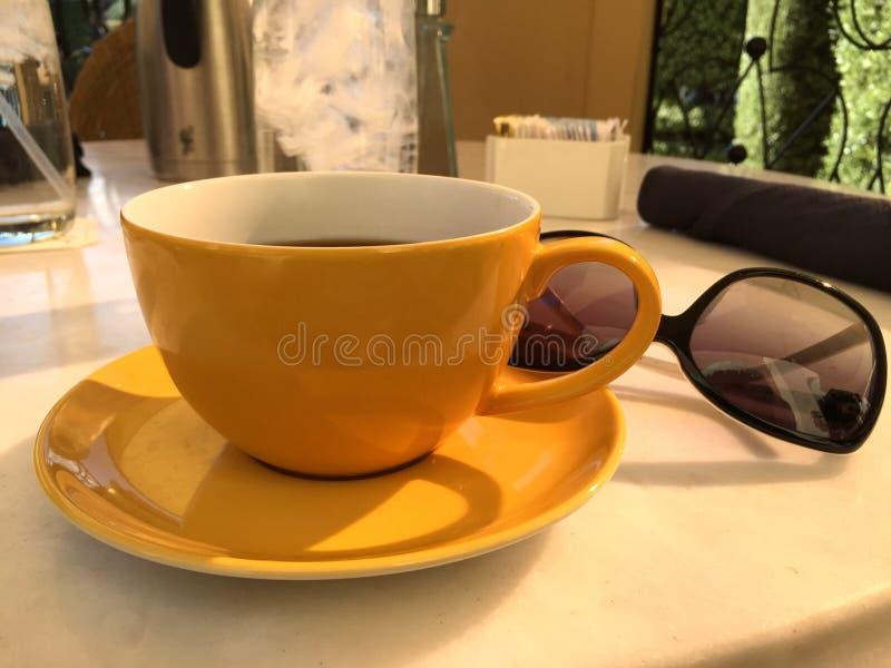 咖啡杯太阳镜 库存图片