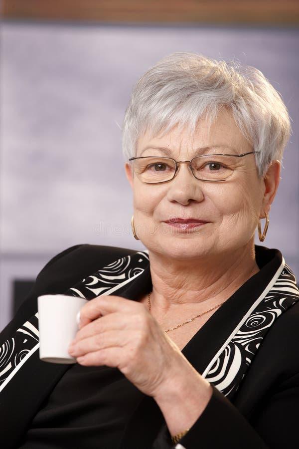 咖啡杯夫人纵向高级微笑 免版税库存照片