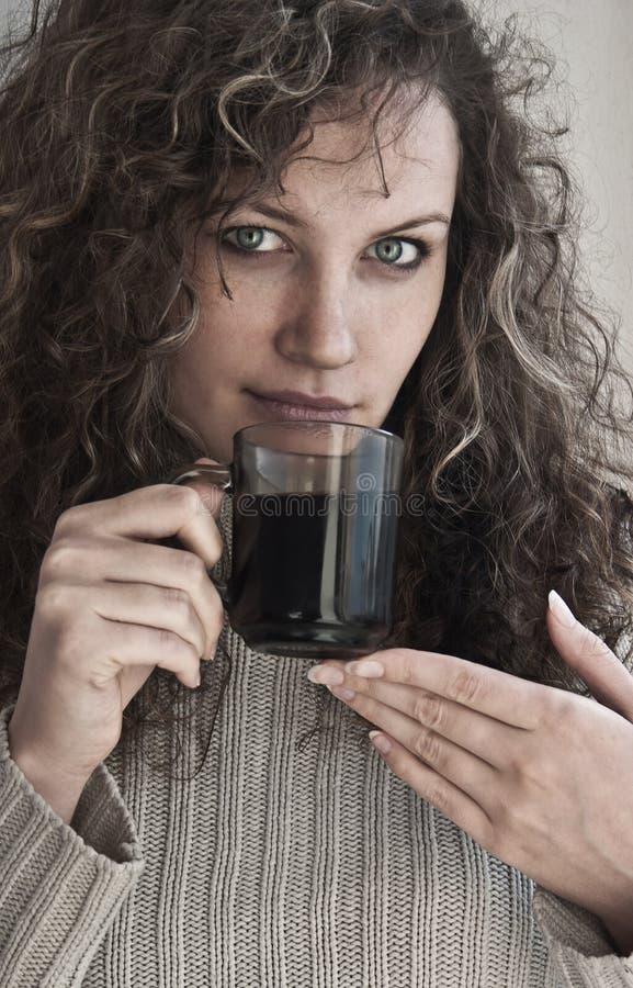 咖啡杯女孩纵向 库存照片