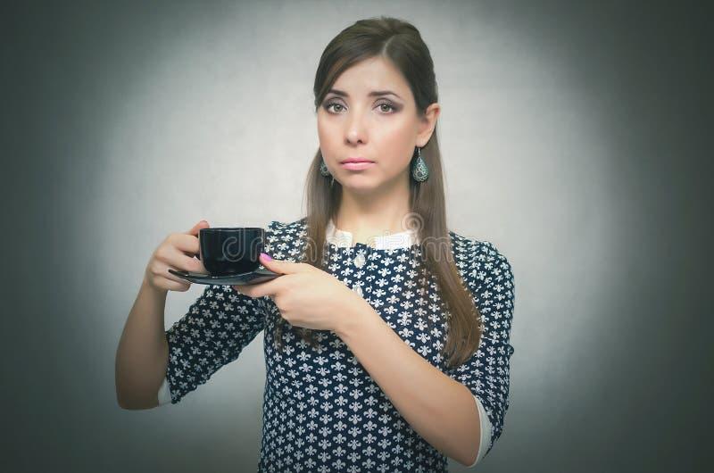 咖啡杯女孩 背景中断咖啡新月形面包杯子甜点 咖啡更多时间 午休 咖啡杯重点 免版税库存图片