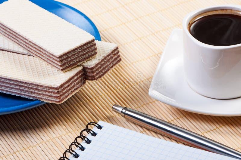咖啡杯奶蛋烘饼 库存图片