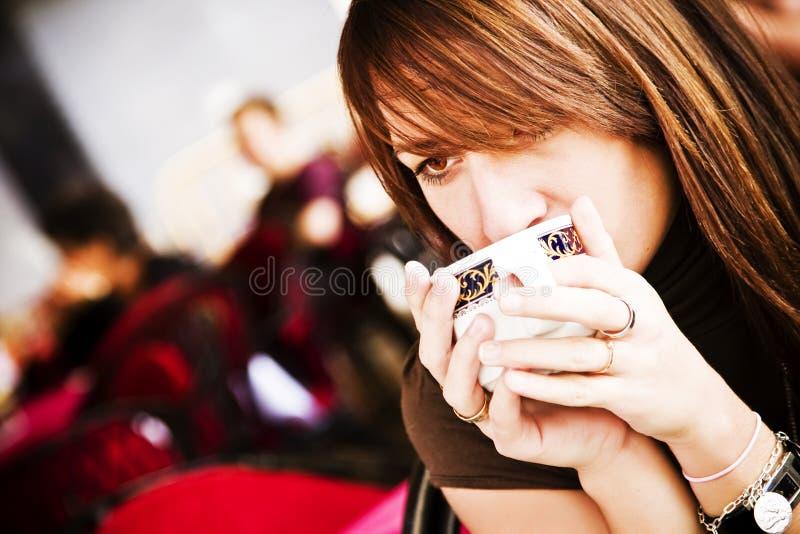 咖啡杯妇女年轻人 免版税库存照片