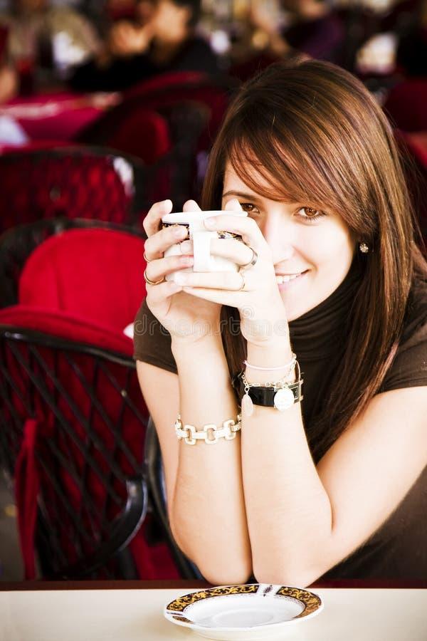 咖啡杯微笑的妇女 库存图片