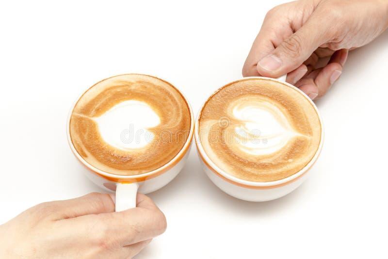 咖啡杯拿铁艺术心脏塑造,一起喝,在被隔绝的白色背景 库存照片
