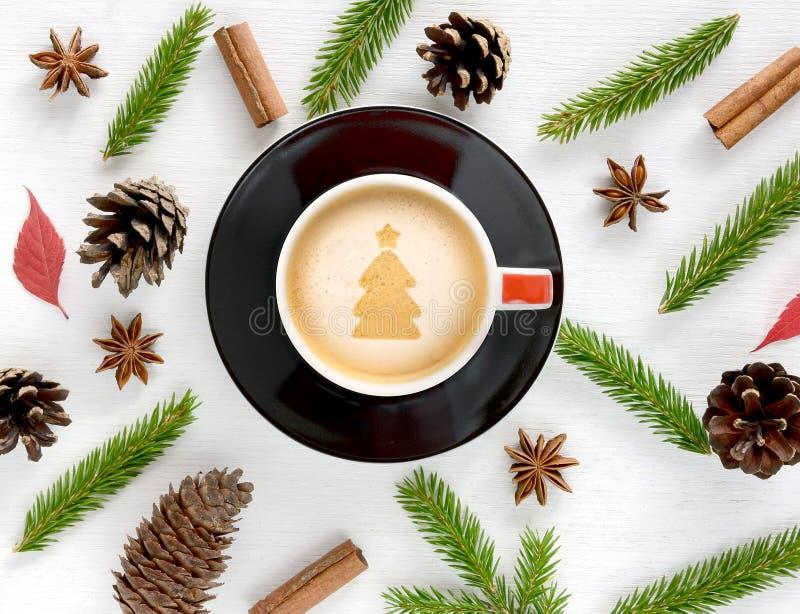 咖啡杯有圣诞节装饰背景 免版税库存图片