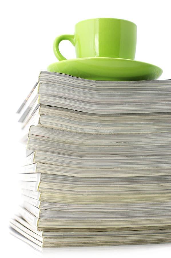咖啡杯杂志 库存照片