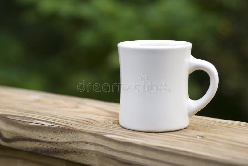 咖啡杯栏杆 免版税库存图片